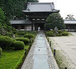 Les stages proposés par Atout Shiatsu: une autre façon d'appréhender les troubles et de trouver des solutions. Photo d'un temple japonais